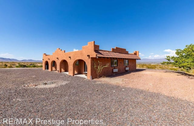 1635 S. Don Luis Rd - 1635 Don Luis Road, Golden Valley, AZ 86413