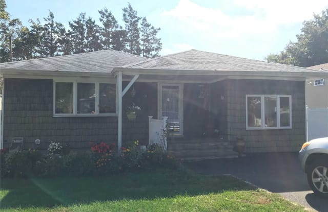 40 Pinelawn Ave - 40 Pinelawn Avenue, Farmingville, NY 11738