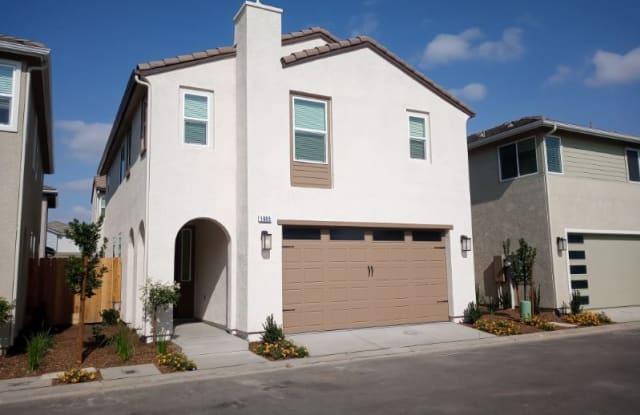 1945 W Kelly Ave - 1945 Kelly Ln, Clovis, CA 93611