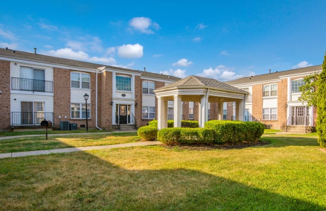 King George Apartments - 3309 River Chase Ct, Louisville, KY 40218