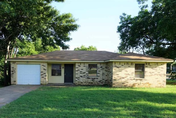 201 E BOIS DARC STREET - 201 E Bois D Arc St, Henrietta, TX 76365