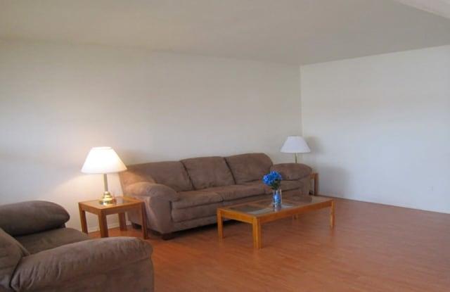 Lincolnwood Pinetree Apartments - 2219 South 9th St, Charleston, IL 61920