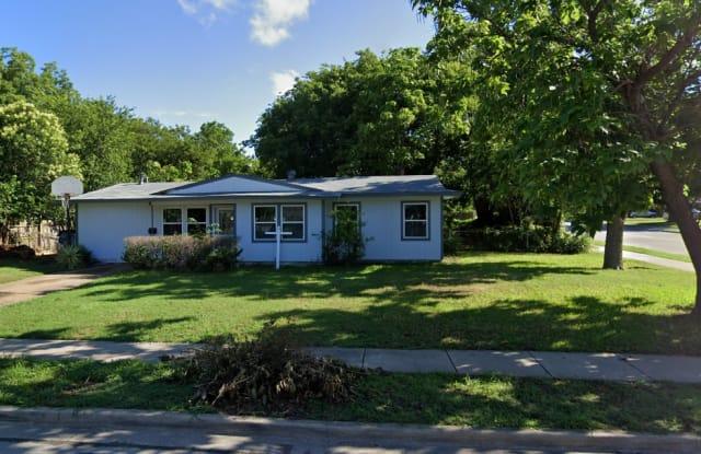 2677 Greenhurst Dr - 2677 Greenhurst Drive, Farmers Branch, TX 75234