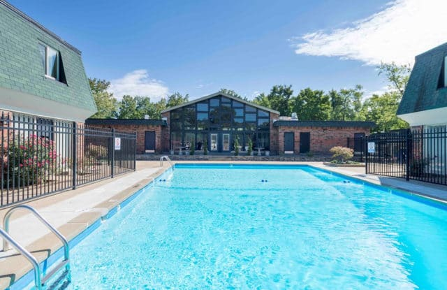 Spanish Cove Townhomes - 1708 San Remo Ct, St. Louis, MO 28405