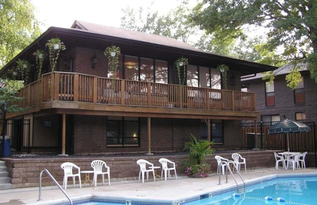 The Oaks on Bonhomme - 8669 Old Towne Dr, University City, MO 63132