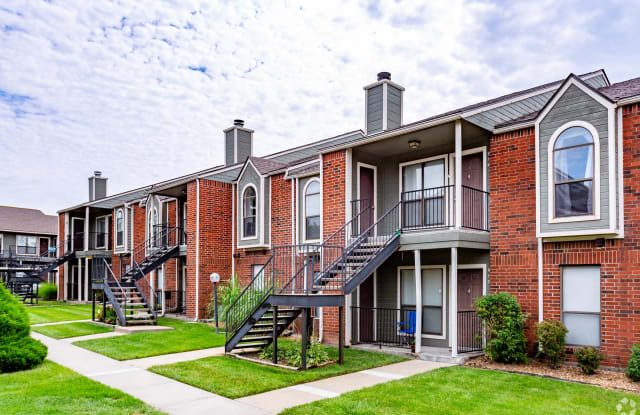 Crown Colony - 900 SW Robinson Ave, Topeka, KS 66606