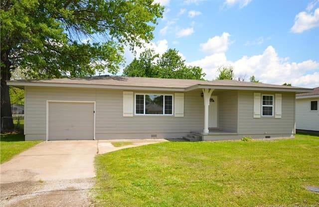 708 S Choctaw Avenue - 708 South Choctaw Avenue, Claremore, OK 74017