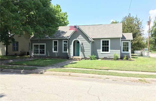 1329 E Tennie Street - 1329 East Tennie Street, Gainesville, TX 76240