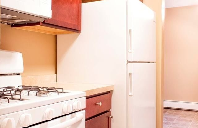 Cedar Creek Apartments - 135 Crosstown Blvd, Chaska, MN 55318