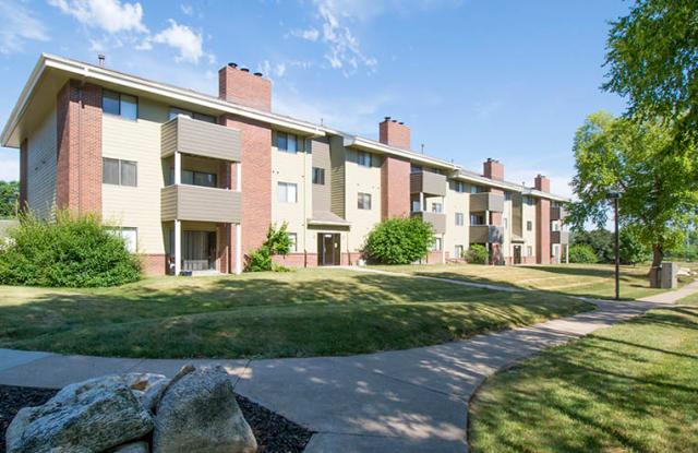 Boulder Ridge Apartments - 3861 Woodland Ave, West Des Moines, IA 50266