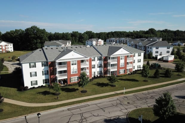 Evergreen Farms Apartments - 8600 Evergreen Trl, Olmsted Falls, OH 44138