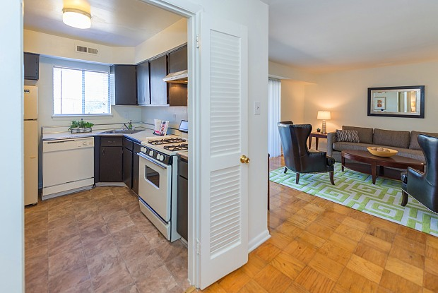 Carriage Club Apartments - 7006 Hunt Club Ln, Dumbarton, VA 23228