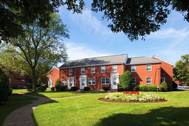 Gardencrest Apartments - 20 Middlesex Cir, Waltham, MA 02452