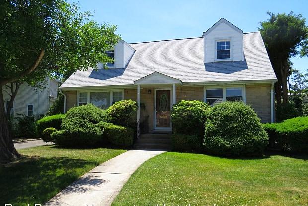 70 Woodhollow Road - 70 Woodhollow Road, Albertson, NY 11507