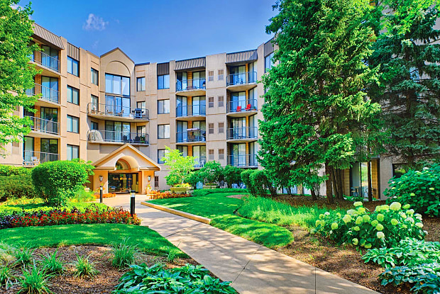 Elm Creek Apartments & Townhomes - 1 Elm Creek Dr, Elmhurst, IL 60126