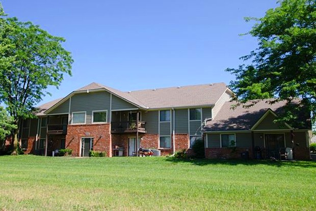Spring Hill Plaza Apartments - 200 E Wilson St, Spring Hill, KS 66083