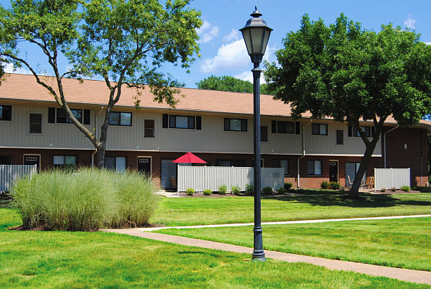 Racquet Club Apartments and Townhomes - 1970 Veterans Hwy, Levittown, PA 19056