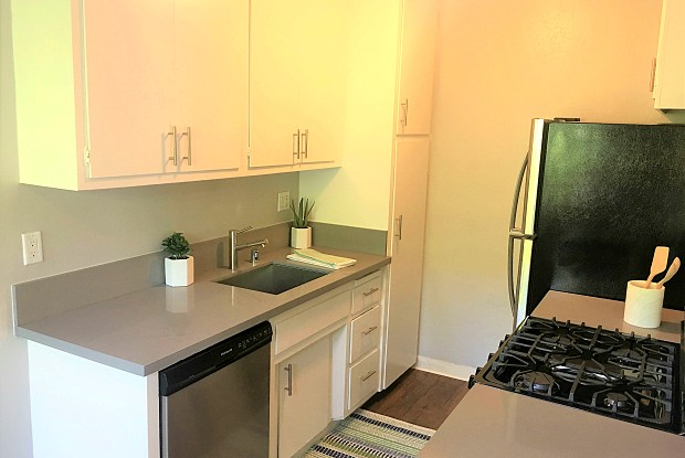Apex Apartment Homes - 530 W Wilson St, Costa Mesa, CA 92627