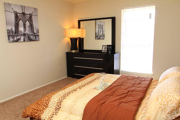 Villa Nueva - 5600 North Fwy, Houston, TX 77076