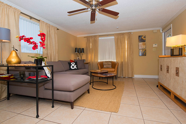 Bungalow Oaks Apartments - 13418 Dottie Dr, Tampa, FL 33617