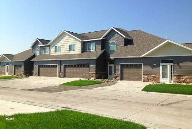 Hugos Village Townhomes - 4766 Curt Circle, Grand Forks, ND 58201