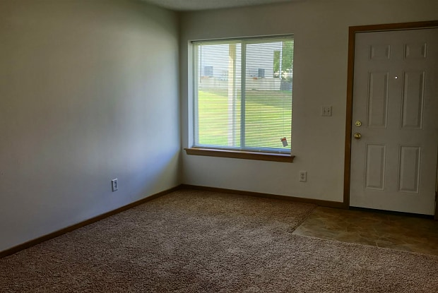 Regal Townhomes - 2351 Pleasantview Drive, Marion, IA 52302