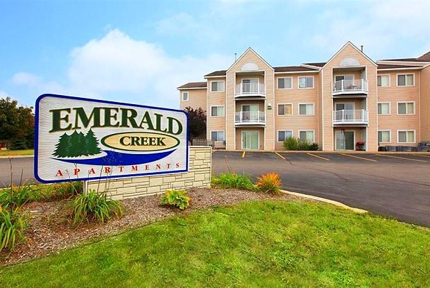 Emerald Creek Apartments - 2516 Crossing Cir, Traverse City, MI 49684