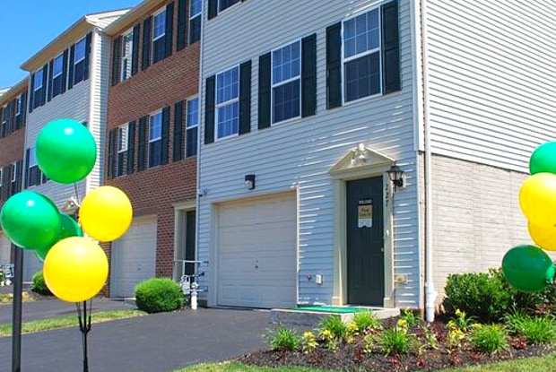 Greenbriar Estates Townhomes - 227 Dietz Estates Dr, York, PA 17404