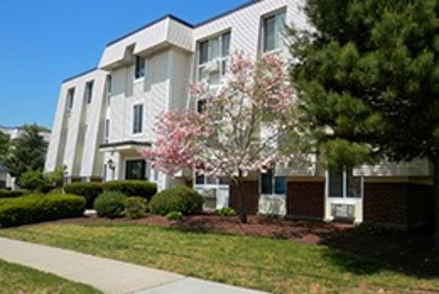 King's Grant Apartments - 12 Fischer Dr, Washington County, RI 02852