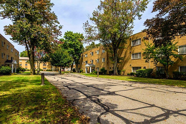 Wynwood Apartments - 6700 Larchmont Dr, Mayfield Heights, OH 44124