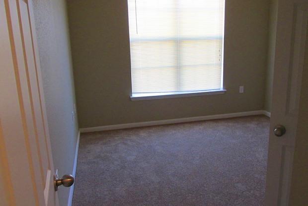 Oakland Hills Apartments - 386 Paloma Dr, Floresville, TX 78114