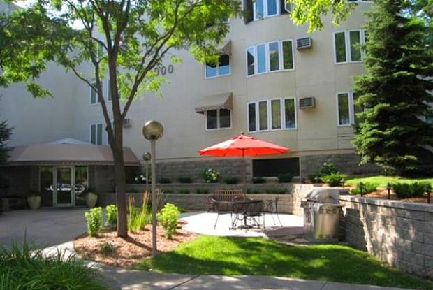 Highland on the Park - 2000 7th St W, St. Paul, MN 55116