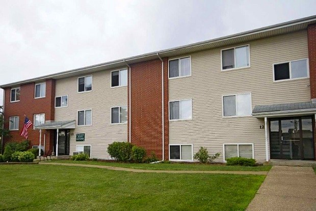 Pin Oak Manor Apartments - 121 S Pin Oak Dr, Mishawaka, IN 46545