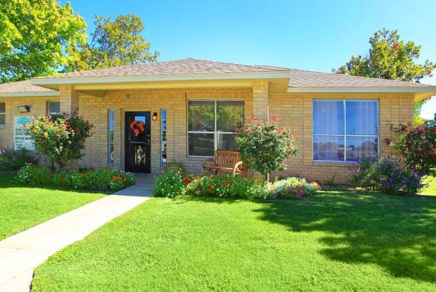 Los Polomas - 2805 Avenue U, Hondo, TX 78861