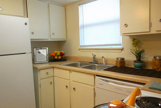 Camelot Apartments - 2840 Robinson St, Jackson, MS 39209