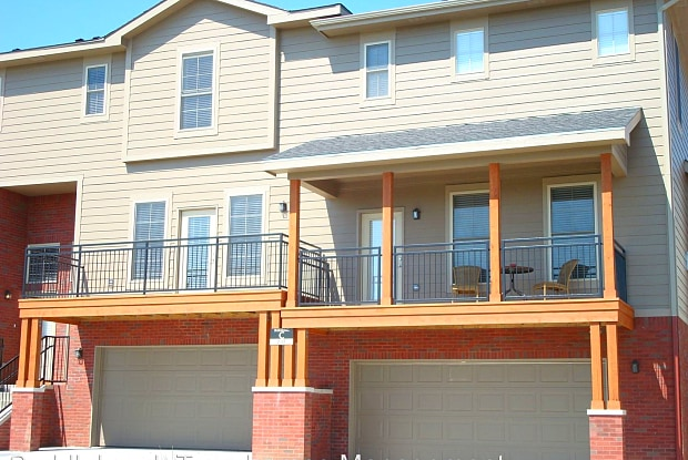 Overland Pointe Townhomes - 5245 Overland Dr, Lawrence, KS 66049