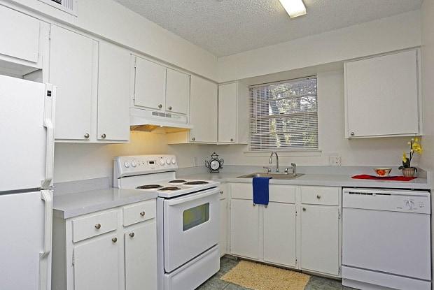 Hampton Court Apartments - 2424 Drusilla Ln, Baton Rouge, LA 70809