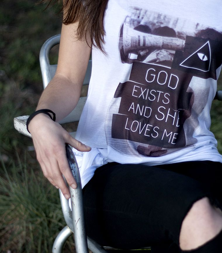 Camiseta God exists and she love me