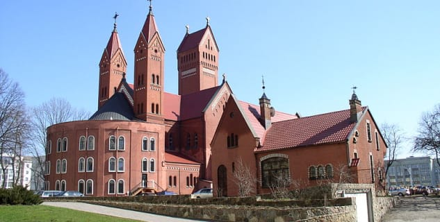 Kostel sv. Simona a Heleny - https://commons.wikimedia.org/wiki/File:Belarus-Minsk-Church_of_Simon_and_Helena-3.jpg