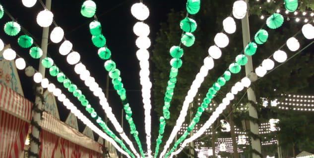 Feria de Abril - http://commons.wikimedia.org/wiki/File:SevillaFeriaAbril2007Farolillos.jpg