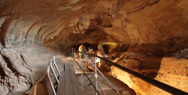 Ghar Dalam – vápencová jeskyně - https://commons.wikimedia.org/wiki/File:Malta_-_Birzebbuga_-_Triq_Ghar_Dalam_-_Ghar_Dalam_-_cave_08_ies.jpg