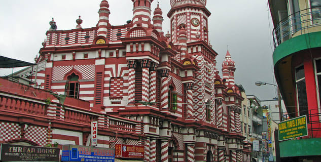 Mešita Jami Ul-Alfar  - https://commons.wikimedia.org/wiki/File:Jami-Ul-Alfar_Mosque_Pettah.jpg