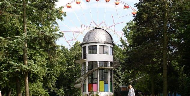 Městský park Gorky - https://en.wikipedia.org/wiki/Gorky_Park_(Minsk)#/media/File:Belarus-Minsk-Educational_Observatory.jpg
