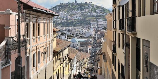 Panna Marie z El Panecillo - https://en.wikipedia.org/wiki/File:Quito_calle_Garc%C3%ADa_Moreno.jpg