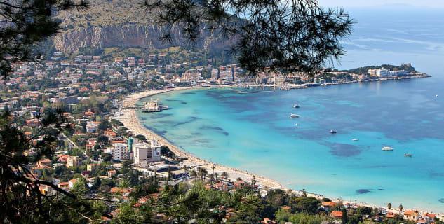 Spiaggia di Mondello  - https://it.wikipedia.org/wiki/Mondello#/media/File:Il_golfo_di_Mondello.jpg