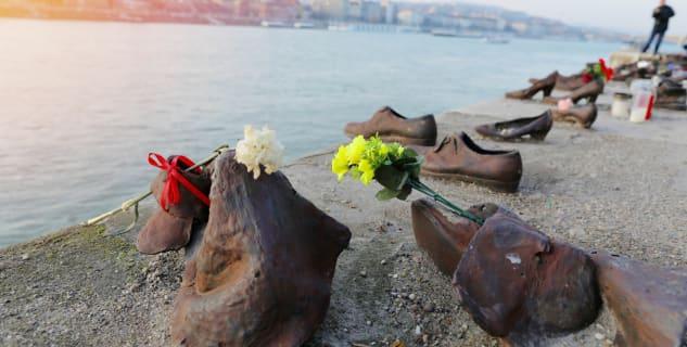 Boty na dunajském nábřeží - památník Židů v Budapešti - https://ccnull.de/foto/jews-memorial-in-budapest-shoes-on-danube-bank/1017579
