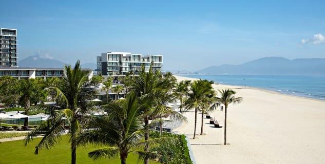 Výhled na resort Hyatt Regency Danang Beach - https://commons.wikimedia.org/wiki/File:Hyatt_Regency_Danang,_Beach_View,_March_2014.jpg