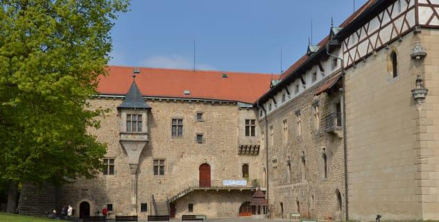 Vodní hrad Budyně - nádvoří - https://www.flickr.com/photos/mtvrdy/27486895016/in/photolist-HMeDgw-HPA5mi-HvwA5b-HSVssw-HSVrwU-HVYCti-HvwAKE-HVYCGe-HSVwg3-HVYCL2-HMeLKu-HMeEow-HSVrfw-HMeDVN-HvwAA1-HMeH2Y-HMeERA-HMeFfm-HPA6nr-HVYDzB-HMeFKj-HSVs7S-HMeFyY-HvwBeW-HvwBDo-HVYDEr-HVYDYT-HvwBpq-H1e4WM-H1e8xV-H19m9s-H19km5-H1e7GX-H1e75e-HVYEf4-HSVwv1-H1e8Ki-HvwB3J-H1e4Pn-H19nZb-H19jSE-H1e9qg-HVYDSk-H19oGy-H19mJ5-HMeJrb-H1e9Xt-H1e98c-HVYE5K-xSGgSJ