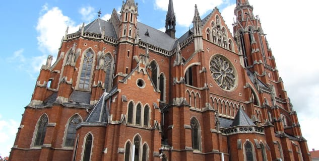 Kostel sv. Petra a Pavla - https://commons.wikimedia.org/wiki/File:Kontkatedrala_Osijek_2012.jpg?uselang=cs