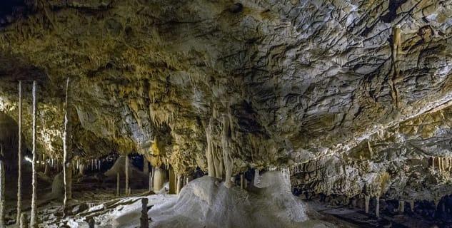 Kateřinská jeskyně - https://commons.wikimedia.org/wiki/File:Kate%C5%99insk%C3%A1_jeskyn%C4%9B_05(js).jpg